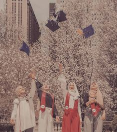 Squad Pictures, Girl Pictures, Graduation Pictures, Graduation Day, Floral Wallpaper Desktop, Hijab Cartoon, Graduation Photoshoot, Muslim Girls, Hey Girl
