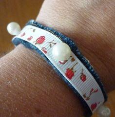 Bracelet jean, ruban blanc, perles nacres blanches . : Bracelet par laboiteabijouxnanny