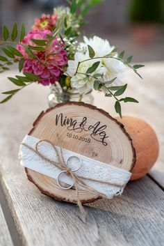 DIY simple and cheap: Deco ideas to make yourself for your wedding - Leelah Loves- Instructions for homemade, cheap DIY decoration ideas for your wedding decoration in a vintage look with a tree disc as a ring pillow Mason Jar Crafts, Mason Jar Diy, Diy Simple, Easy Diy, Decoration Birthday, Diy Hanging Shelves, Ring Pillow, Diy Projects To Try, Vintage Decor