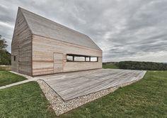 Composée de planches de bois de mélèze, la structure de cette maison ressemble à une grange autrichienne, sa forme simple pointue lui donne une esthétique éthérée. Chaque ouverture peut être fermée par des panneaux en bois, permettant de protéger du soleil, du froid ou lorsque la maison est inoccupée.