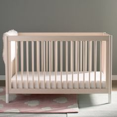 The Gelato crib brings playful practicality to your nursery. Rounded spindles make this crib simple yet a total statement piece while rounded posts ensure safety for wobbly toddlers. To add personality, the feet are easily removable and can be replaced.