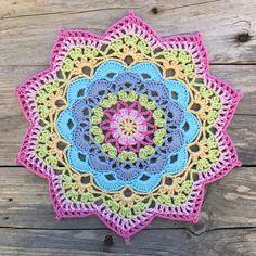 Another Mandala design to the Magazine Mandala a coopertion with - Crochet Crochet Mandala Pattern, Crochet Doilies, Crochet Flowers, Crochet Patterns, Crochet Round, Crochet Home, Knit Crochet, Crochet Mandela, Crochet Dreamcatcher