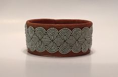 Leather Carving, Thread Jewellery, How To Purl Knit, Wire Weaving, Color Shapes, Metal Crafts, Leather Jewelry, Handicraft, Cuff Bracelets