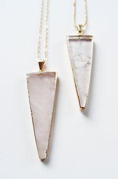 ON SALE Rosenquarz Dreieck Halskette von friedasophie auf Etsy