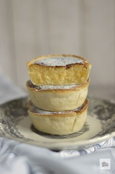 Suspiros de Amantes | CON HARINA EN MIS ZAPATOS Sweet Recipes, Snack Recipes, Dessert Recipes, Mini Cakes, Cupcake Cakes, Cup Cakes, Gourmet Desserts, Plated Desserts, French Pastries