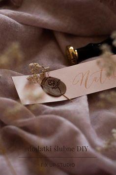 wymarzone wesele w zasięgu Twojej ręki - wystarczy kilka materiałów, trochę czasu i piękne dodatki weselne gotowe! Cufflinks, Studio, Diy, Accessories, Bricolage, Studios, Do It Yourself, Wedding Cufflinks, Homemade
