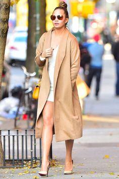 Uma estilosa combinação de casacão tom pastel e vestidinho branco, com óculos vintage marrom, bolsinha amarela e sapato nude. Esses casacos longos, conhecidos como manteau, trench coat ou sobretudo, são fortes tendências de inverno! #longcoat #winter #trend