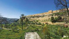 La muralla otomana  Erigida por Solimán el Magnífico entre 1520 y 1566, conserva siete de las diez puertas originales y 34 torres.