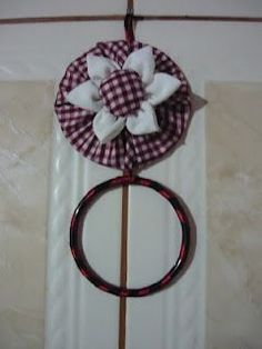 Nilceeasartes: Porta pano de prato de cd velho Recycled Cd Crafts, Old Cd Crafts, Felt Crafts, Home Crafts, Diy And Crafts, Crafts For Kids, Cup Art, Ribbon Embroidery, Diy Projects To Try