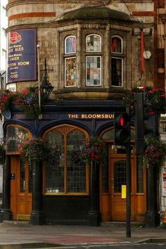 The Bloomsbury Pub on New Oxford Street ~ London, England.One day I will visit this. New Oxford, British Pub, British Museum, British Isles, London Pubs, Oxford Street London, Belle Villa, England And Scotland, Shop Fronts