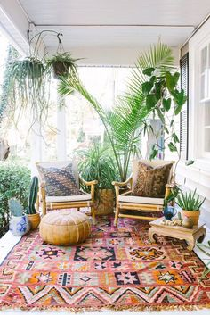 Pretty Little Porches & Patios In this beautiful bohemian outdoor sanctuary, exotic textiles and lush greenery bring a dose of California cool regardless of location. Bohemian Patio, Bohemian Style, Boho Chic, Bohemian Apartment Decor, Apartment Porch Decor, Bohemian Homes, Bohemian Lifestyle, Tropical Decor, Tropical Interior