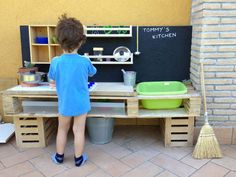Pallet Projects For Kids Outdoor Play Kitchen, Diy Outdoor Bar, Kids Outdoor Play, Mud Kitchen, Kids Play Area, Kitchen Games, Outdoor Games, Outdoor Ideas, Child Friendly Garden