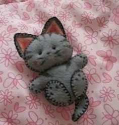 I just love this cool little felt kitty! Inspiration only!there are lots of felt creations here. I just love this cool little felt kitty! Inspiration only!there are lots of felt creations here. Wet Felting, Needle Felting, Fabric Crafts, Sewing Crafts, Craft Projects, Sewing Projects, Felt Projects, Felt Cat, Felt Patterns