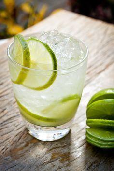 Caipirinha, de cachaça e limão, um clássico nacional. PARA VER A RECEITA, ABRA E CLIQUE NA FOTO DE CADA DRINQUE.