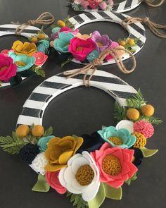 Make a Holiday Felt Flower Wreath {Christmas Tutorial}! Felt Flower Wreaths, Felt Wreath, Wreath Crafts, Diy Wreath, Felt Flowers, Flower Crafts, Diy Flowers, Fabric Flowers, Paper Flowers