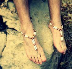 Sandalias pies descalzos de los hombres, creados con filas apiladas de hairpipe cuentas de hueso y cuentas de madera marrón, todas engarzadas en un cordón de cáñamo blando.  Estas lucen muy bien con pantalones de lino de cáñamo o pantalones cortos.  La joyería de pie perfecto para su boda ceremonia, luna de miel o resort de vacaciones de playa.  Estas sandalias de cáñamo descalzo son seco y seguro para usar en el agua - sólo asegúrese de enjuagar bien antes de guardarla.  Atar alrededor del…