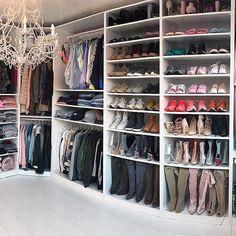 Walk in closet Pax Wardrobe, Walk In Wardrobe, Walk In Closet, Pretty Little Liar, Colorful Desk, Closet Layout, Luxury Closet, Master Closet, Planer