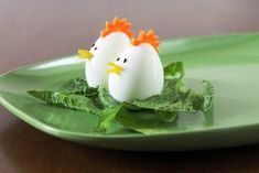 Here are a few ideas for ways to add fun and tasty decorations to your springtime or Easter table. First up we have an Hors D'eouvre Plate that looks like a bunch of tulips using grape tomato… Easter Buffet, Easter Table, Easter Eggs, Fairy Bread, Comida Latina, Food Decoration, Egg Decorating, Indian Food Recipes, Good Food