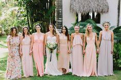 Bridesmaids in pastel dresses <3