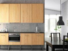 Cucina in finitura legno - Soluzione del catalogo Ikea 2015 con ante in decorativo e forno a incasso