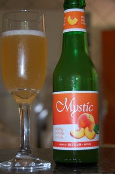 Cerveja Mystic Pêche, estilo Fruit Beer, produzida por Haacht, Bélgica. 3.7% ABV de álcool.