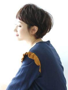 パーマーをかけたショートカットは、まあるいシルエットが魅力。 前髪からのマッシュルームラインがかわいいですね。