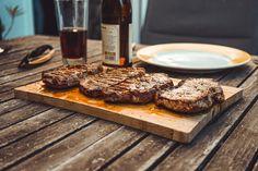 Το ανάποδο τσιγάρισμα είναι μια μέθοδος ψησίματος μπριζόλας που θα σε κάνει να ξεχάσεις και το όνομα σου με το γευστικό της αποτέλεσμα! Best Steak Rub, Steak Rubs, Meat Steak, Rub Recipes, Grilling Recipes, Meat Recipes, Perfect Steak, Sirloin Steaks, Beef Dishes