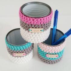 potje omhaken, conserve blikje, lederen label van Mez11, pennenbakje Crochet Basket Pattern, Knit Basket, Crochet Decoration, Crochet Home Decor, Crochet Gifts, Cute Crochet, Crochet Motifs, Crochet Patterns, Crochet Organizer