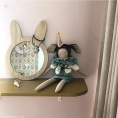 Meisjes kinderkamer | Kinderkamerstylist Ornament, Dolls, Frame, Handmade, Home Decor, Style, Accessories, Velvet, Baby Dolls