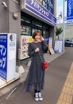 Vestido longo em póa + tênis Look super beautiful the sneakers are with everything because it is but Iranian Women Fashion, Muslim Fashion, Modest Fashion, Skirt Fashion, Hijab Fashion, Fashion Dresses, Casual Dresses, Fashion Tips, Korean Street Fashion