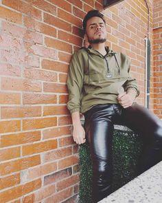 Skinny Leather Pants, Leather Trousers, Leather Fashion, Mens Fashion, Lederhosen, Clothing Items, Black Men, Handsome, Menswear