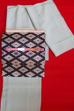 先ほどと同じ着物ですが、帯に濃いめの色を持ってきて帯揚げと帯締めに反対色を持ってくるだけでこんなにも印象が変わります。先ほどのものよりもカジュアル度が増しているのがわかりますか?色無地はこのように合わせる帯や小物によってこんなにも表情を変えることができる素敵な着物なんですよ。