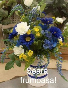 Read on for our favorite floral details you haven't already seen at every other wedding. Flower Boxes, Flowers, Floral Wreath, Happy Birthday, Wreaths, Garden, Plants, Vip, Anime