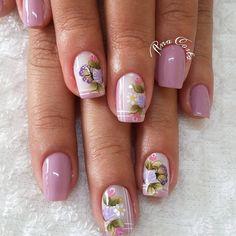 As unhas decoradas são grandes tendências da moda, já que, sempre surgem novos modelos para agradar mulheres de todas as idades e estilos, sendo que entre as mais adoradas estão as francesinhas. As unhas francesinhas são indicadas para ocasiões mais formais, pois, são elegantes e realçam a beleza das mãos femininas Unha francesinha – passo… Mani Pedi, Pedicure, Nail Art, Flower Nails, Nail Stickers, Toe Nails, Finger, Nail Designs, Nail Polish