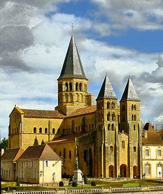 Eglise prieurale de Paray-le-Monial (Saône-et-Loire), vers 1140 : vue de la façade occidentale avec un triple portail flanqué de deux tours, sur le même modèle que Cluny III