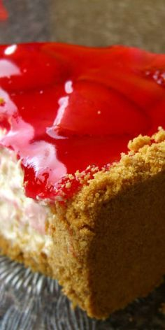 Ingredients cream cheese 110 mL milk 4 egg yolks butter tablespoons flour tablespoons corn starch 5 egg whites 130 mL sugar How to make Strawberry. No Cook Desserts, Sweet Desserts, Just Desserts, Delicious Desserts, Dessert Recipes, Yummy Food, Best Cheesecake, Strawberry Cheesecake, Strawberry Recipes