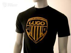 """T-shirt Black    La camiseta T-Shirt Black del Club Deportivo Lugo es una camiseta de alta calidad, 100% algodón, punto tubular, cuello canalé, doble pespunte y tapacosturas en el mismo material.    Esta camiseta es negra serigrafiada en color dorado. En la parte central del pecho con el escudo del Club Deportivo Lugo y un logo de la fundación del Club """"SINCE 1953"""" con un pequeño escudo justo debajo situado en la espalda a la altura de los hombros. Color Dorado, Mens Tops, T Shirt, Black, Center Part, Coat Of Arms, T Shirts, Sports, Men"""