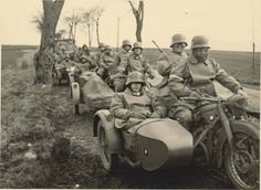 1937 The military motorcycles - Germany army Top of the column of German BMW motorcycles with sidecar at a stop at the roadside. Germany Ww2, Bmw Boxer, Ww2 Tanks, Military Photos, Bmw Motorcycles, German Army, Panzer, War Machine, World War Two