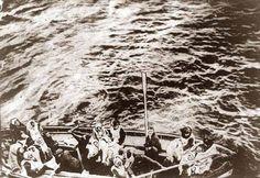 image of Titanic survivors on way to,rescue ship Carpathia. see how empty the lifeboat was Naufrágio Do Titanic, Titanic History, Titanic Wreck, Titanic Sinking, Belfast, Old Pictures, Old Photos, Vintage Photos, Rare Photos