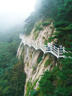 Huangshan, located in southern part of Anhui Province, is China's celebrated mountain for all its grandeur and beauty. Do you dare to climb the rugged mountain?