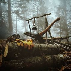 Best bushcraft skills that all wilderness fanatics will want to master today. This is most important for wilderness survival and will definitely save your life. Bushcraft Camping, Bushcraft Skills, Bushcraft Gear, Camping Survival, Survival Equipment, Survival Tools, Survival Quotes, Survival Prepping, Camping Life
