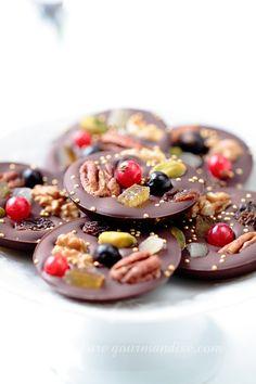 Mendiants au chocolat et aux fruits secs - www. Chocolate Candy Recipes, Chocolate Bark, Homemade Chocolate, Pastel Chocolate, Chocolate Gifts, Mini Desserts, Dessert Recipes, Artisan Chocolate, Food Gifts