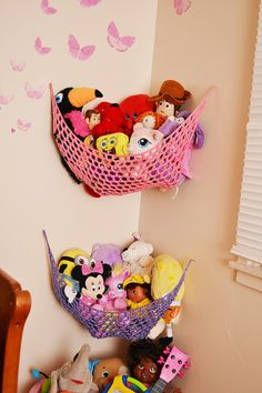 Chouette idée pour du rangement rapide...... Stuffed toy storage - how to  ;-)