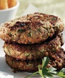 Αγαπημένο φαγητό για όλη την οικογένεια. Αφράτα, μαλακά μπιφτέκια με μελωμένες πατάτες. Σκέφτεστε τίποτα καλύτερο; Greek Recipes, Salmon Burgers, Food And Drink, Ethnic Recipes, Greek Food Recipes