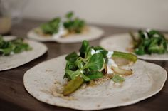 Schnelle Hummus Wraps Tofu, Chili Sauce, Hummus, Feta, Tacos, Wraps, Cheese, Ethnic Recipes, Rice Noodles