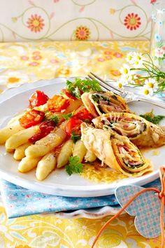 Ein italienischer Leckerbissen, den wir dir nicht vorenthalten wollen: saftig gefüllte und gratinierte Pfannkuchen an weißem Spargel. Crespelle sind ein echter Klassiker, mit dem du deine Family demnächst überraschen kannst. Und das #Frühlingsgemüse passt hervorragend dazu! #spargelzeit #spargel #spargelrezepte #crespelle #pfannkuchen #crepes #frühling #frühlingsrezepte #rezepte #rezeptideen Cooking Recipes, Healthy Recipes, Cooking Fish, How To Cook Fish, Spring Recipes, Recipe Collection, Pasta Salad, Food Porn, Food And Drink