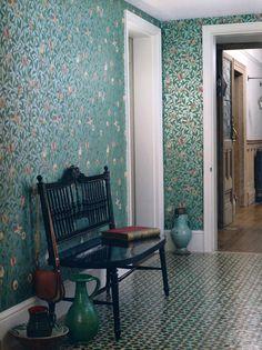 Wow, tänk att få inreda med den här tapen och det här golvet. En dröm.  Tapet 81461: Bird & Pomegranate Charcoal/Sage från William Morris & Co - Tapetorama
