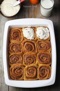 Bună ziua dragi pofticioși. Astăzi am o rețetă extraordinară pentru voi și anume rulouri dulci cu scorțișoară glazurate ambundent cu o cremă ușoară cu gust de portocale. Rulourile sunt atât de moi și totodată crocante la suprafață din cauza zahărului caramelizat. Dar ce miros se răspândește prin casă de scorțișoară…mmm…cred … Cinnabon, Romanian Food, Pastry And Bakery, Love Chocolate, Dessert Recipes, Desserts, Cinnamon Rolls, Soul Food, Food And Drink