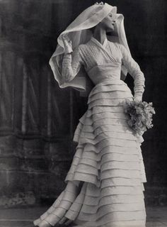 Dior 1953 wedding gown -vintage A great wedding gown for a winter bride, don't you think? Vintage Outfits, Vintage Gowns, Vintage Bridal, Vintage Fashion, Vintage Weddings, Silver Weddings, Vintage Corset, Vintage Dior, Dress Vintage
