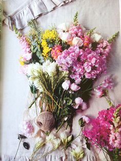 How To Arrange Flowers. Learn how to liven up your living space with beautiful floral Arrangement My Flower, Fresh Flowers, Wild Flowers, Beautiful Flowers, Spring Flowers, Spring Bouquet, Spring Blooms, Beautiful Mess, Cut Flowers